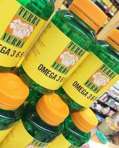 Omega 3 6 9  La alimentación actual es carente en el aporte de alimentos ricos en ácidos grasos de la familia #Omega3, presentes en el aceite de pescado, en el de linaza o en el de microalgas. Por otra parte, es más rica en ácidos grasos de la familia #Omega6, presentes en los aceites de girasol, onagra, borraja y oliva. Los ácidos grasos #Omega9 no pertenecen al grupo de esenciales, pero sí son importantes en nuestra dieta y en el mantenimiento de un entorno saludable