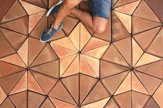 Los suelos de barro Penrose están compuestos por dos formatos triangulares de baldosas de barro sobre teselación de 40 cm. Teselación nombrada en honor a Sir Roger Penrose. Es personalizable en colores y texturas disponibles.