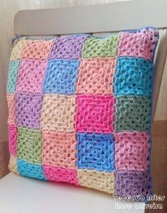 Boa tarde amigas!    Essa è a segunda almofada de squares que estava fazendo.  Usando um modelo de square simples e cores suaves da Anne do parceiro Círculo,  consegui fazer uma almofada delicada e de