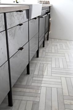 What a great marble floor pattern! Metal kitchen drawers