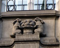 Deux lapins, placés de chaque côté d'une corbeille de pommes, sur la façade du 21 rue de la Haute-Montée.     Cet immeuble a été construit après 1870, lorsque, suite à la guerre, Strasbourg est devenue allemande.
