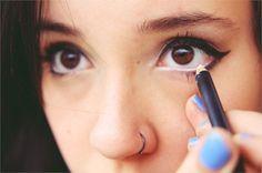 Abra o olhar aplicando lápis branco na linha d'água.   26 truques rápidos de maquiagem que vão facilitar a sua vida