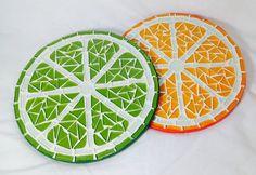 Laranja e limão, descanso de panela de MDF com mosaico. Lindo também para ser usado como quadrinhos para parede. Pode ser vendido separadamente ao valor de 25,00 cada. <br> <br>Dica: Para agilizar sua compra envie sempre o CEP para cálculo do frete. Mosaic Patio Table, Mosaic Tray, Mosaic Glass, Mosaic Tiles, Glass Art, Tile Crafts, Mosaic Crafts, Mosaic Projects, Stained Glass Designs