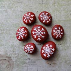 Inspiring 25 Beautiful Christmas Rock Painting Ideas https://ideacoration.co/2017/11/04/25-beautiful-christmas-rock-painting-ideas/ With a couple of inexpensive supplies you will be making jewelry out of potatoes in no moment.