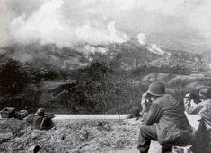 FEB - O ataque a Montese, no dia 14 de abril de 1945, foi o mais sangrento combate enfrentado pela FEB na Itália. Na foto, feita de um posto de observação brasileiro, a fumaça das bombas caindo na cidade.