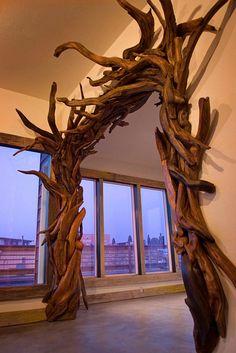 L'artista Jeff Uitto crea intricate sculture con il legno trasportato a riva dall'oceano lungo la costa di Washington.