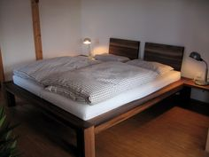 Massivholzbett  Massivholzbett Bamaco in amerikanischer Walnuss | Schlafzimmer ...