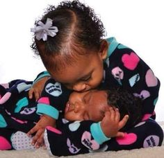 Oh my Goodness.how loving. You can feel the tenderness. Beautiful Black Babies, Beautiful Children, Beautiful People, Baby Kind, Pretty Baby, Little People, Little Ones, Cute Kids, Cute Babies