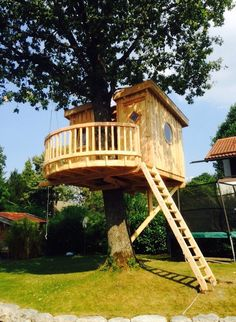 baumhäuser Secret hideaway discovered in Munich: A small tree house has been nestling around the tru Adult Tree House, Tree House Plans, Beautiful Tree Houses, Cool Tree Houses, Pallet Tree Houses, Cubby Houses, Play Houses, Secret Hideaway, Tree House Designs