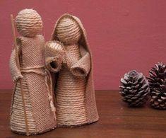 DIY Nativity scene with rope and burlap Burlap Crafts, Christmas Projects, Christmas Crafts, Christmas Decorations, Christmas Crib Ideas, Christmas Nativity Scene, Nativity Crafts, Christmas Angels, Nativity Sets