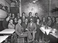 El escritor Ramón Gómez de la Serna (4D) en la tertulia literaria que fundó en el Café Pombo. EFE