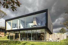 Ferienhaus Glas Fassade zwei Stockwerke Wiese