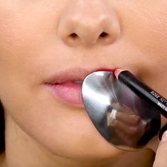These 5 genius makeup hacks will solve a lot of your beauty issues! I'm really happy I learned these, before I was suffering a lot! Beauty Hacks Eyelashes, Beauty Hacks Lips, Beauty Hacks Skincare, Diy Beauty, Beauty Secrets, Beauty Makeup, Beauty Tips, Beauty Routine 30s, Morning Beauty Routine