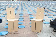 Easychair. Una sedia, una semplicissima sedia che nel secolo scorso non si era mai vista. Era completamente di cartone, pieghevole e con il brand stampato sulla superfice. Il suo insolito biglietto da visita, talmente insolito da  brevettarlo.