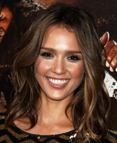 Jessica Alba Medium Curls - Jessica Alba Shoulder Length Hairstyles Looks - StyleBistro Medium Hair Styles For Women, Hair Styles 2014, Medium Hair Cuts, Short Hair Styles, Medium Curls, Medium Waves, Mid Length Hair, Shoulder Length Hair, Shoulder Cut