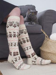 Joulu-kirjoneulesukat Novita Nalle Knitting Socks, Handicraft, Mittens, Knit Crochet, Wool, Fabric, Handmade, Crafts, Wall Photos