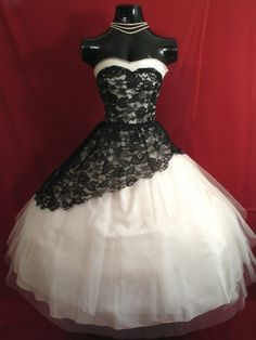 loveyourchaos:  vintagegal:  1950's Strapless White Tulle with Black Lace Prom Dress  My senior prom dress looked very, very similar to this. so pretty o.o