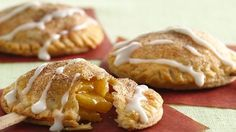Could use the gluten free pie crust.Looking for a tasty dessert? Then check out these delicious apple pie pops made using Pillsbury® refrigerated pie crust and drizzled with glaze. Apple Desserts, Köstliche Desserts, Apple Recipes, Delicious Desserts, Dessert Recipes, Yummy Food, Fall Recipes, Apple Snacks, Dessert Tray
