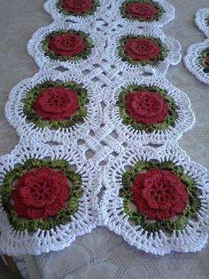 Red and green crochet runner Crochet Doily Diagram, Crochet Flower Patterns, Crochet Art, Crochet Squares, Crochet Home, Filet Crochet, Irish Crochet, Easy Crochet, Crochet Flowers