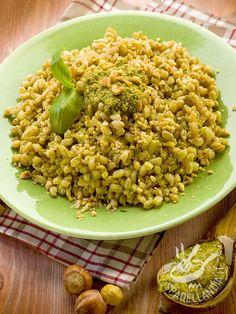 Ecco un saporito piatto di cereali a basso contenuto calorico. Il Farro al pesto e nocciole è un'idea vincente per chi ama una cucina sana e veloce...