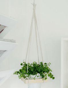 Esse suporte para plantas suspenso é prático e fica pronto em pouco tempo.