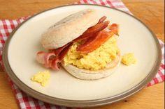 Recette de Muffin anglais œufs brouillés et bacon, Pour un vrai petit déjeuner anglais, des muffins tout chauds garnis d'œufs brouillés et de tranches de bacon grillé.
