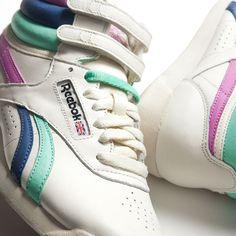 """La Reebok Freestyle è una scarpa donna in pelle invecchiata con velcro strap alla caviglia, punta arrotondata e silhouette affusolata, la perfetta sintesi tra un hi-top nato per l'aerobica ed un prodotto """"high fashion"""".    Prezzo: 85,00€    SHOP ONLINE: http://www.aw-lab.com/shop/marche/reebok/reebok-w-freestyle-5041361"""