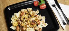 Zutaten: 60 dag Schweinsschnitzel oder Schweinsfilet; 250 g Champignons; 150 g Bauchspeck; 0,5 Paprika grün; 0,5 Paprika rot; 3 Stk. Jungzwiebeln; 2 EL Öl; 1 Becher Crème fraîche; Salz; Pfeffer; Knoblauch; Paprikapulver; Majoran; Petersilie! Mehr dazu auf der ADEG Website! Creme Fraiche, Sauerkraut, Pasta Salad, Grains, Ethnic Recipes, Food, Browning, Meat, Easy Meals