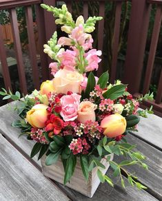 Wedding Flower Arrangements There are many different ways to celebrate Teacher Appreciation week and giving your child's teacher a bouquet of flowers is one way to… - Ikebana Flower Arrangement, Flower Arrangements Simple, Floral Centerpieces, Unique Flowers, Beautiful Flowers, Flowers For Girlfriend, Arte Floral, Deco Table, Floral Bouquets