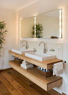 Badezimmer Design Ideen offenen Regal unterhalb der Arbeitsplatte / / zwei Waschbecken sitzen über eine schwimmende Holzregal, das ist genau die richtige Höhe zum Speichern von verschiedenen Lotionen, Tränke, und Cremes, sowie einen Stapel Handtücher.