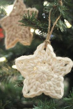 Crochet Free Pattern simple crochet star Christmas ornaments - free pattern - These simple Christmas crochet stars are a free pattern that makes a fun and easy holiday project! Crochet Star Patterns, Crochet Stars, Christmas Crochet Patterns, Holiday Crochet, Crochet Snowflakes, Crochet Angels, Flower Patterns, Crochet Stitches, Crochet Christmas Decorations