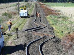 Estas vías de tren no fueron colocadas por una persona ebria. Son el resultado de un terremoto ocurrido en Nueva Zelanda.
