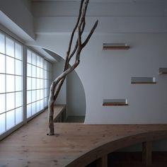 Le studio japonais Nano Architects a rénové un petit appartement des années 60 avec des meubles sur mesure en bois, des ornements en bois flotté et des ouv
