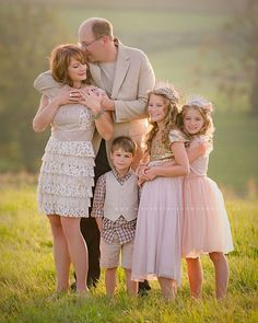 Spring Family Photos - Color Inspiration - Neutrals and pale pinks Family Portrait Poses, Family Picture Poses, Family Photo Sessions, Family Posing, Family Portraits What To Wear, Posing Families, Large Family Photos, Fall Family Photos, Family Pics