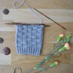 Korinpohjaneuleesta on lukemattomia eri versioita, joista tässä yksi. Knitting Socks, Cross Stitching, Knitting Patterns, Knit Crochet, Sewing, Diy, Adidas, Knit Socks, Knit Patterns