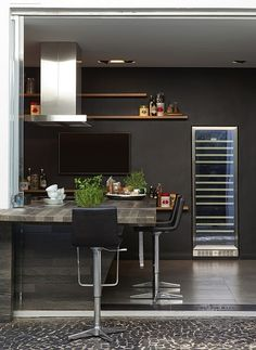 cozinha em tons sóbrios - tons discretos - dark kitchen - horta na cozinha - kitchen by S.C.A.