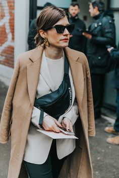 What is fall without good old camel coat or wool-blend camel blazer? Blazer Fashion, Fashion Outfits, Womens Fashion, Fashion Trends, Elegante Y Chic, Camel Coat Outfit, Beige Blazer, Autumn Fashion 2018, Look Fashion