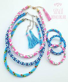 """994 Beğenme, 121 Yorum - Instagram'da 🅗🅐🅝🅓🅜🅐🅓🅔 🅑🅔🅐🅓🅢 (@suslu_boncuklar): """"Mutlu bir haftasonu olsun herkese 🌸 Ben süslülerimi tamamlayıp sahiplerine doğru gönderdim…"""" Beaded Jewelry Patterns, Macrame Jewelry, Jewelry Necklaces, Bead Crochet Rope, Crochet Bracelet, Bead Loom Bracelets, Loom Beading, Tassel Necklace, Crochet Patterns"""