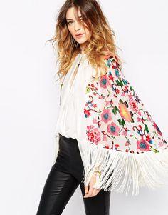 Imagen 1 de Capa con flecos y diseño floral brillante de seda de Jayley
