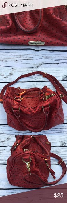Steve Madden purse 👛 Preowned in very good condition with no noticeable rips or tears there is a small pin stain inside but hardly that noticeable features detachable straps front pocket three pockets inside. Accepting offers Steve Madden Bags