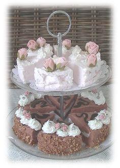 etagere met taartpuntjes. zeepwinkel brocante en roses