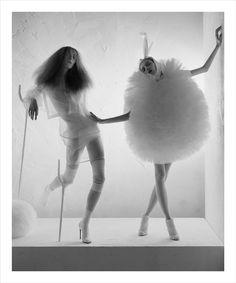 Tim Walker. Sus fotografías han fascinado a los lectores de Vogue, mes a mes, durante más de una década. La puesta en escena en sus obras resulta tan romántico como extravagante. Su estilo es inconfundible.