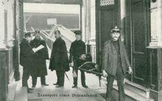 """Eine """"Trinkerrettungsbrigade"""" der Heilsarmee in Deutschland (aufgenommen um die Jahrhundertwende). Nachts ging die Heilsarmee vielerorts mit einer Trage durch die Straßen und sammelte alle auf, die dort sonst erfroren wären. Hatten die Betrunkenen ein Zuhause und konnten ihre Adresse nennen, wurden sie dort abgeliefert. Konnte man das nicht oder war man obdachlos, wurde man zum Gemeindesaal der Heilsarmee gebracht. Dort fanden die Personen eine zwar harte aber warme, trockene Schlafstelle…"""