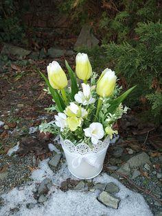Basket Flower Arrangements, Flower Arrangement Designs, Floral Arrangements, Flower Basket, Flower Boxes, Paper Flowers Diy, Centerpieces, Bouquet, Spring