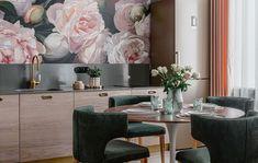 Alegeti tapetul floral pentru decorarea peretilor si veti obtine un decor plin de viata, un spatiu care va emana liniste si fericire. In functie de suprafata pe care o aveti la dispozitie, puteti alege modele florale mari, bogate, in culori puternice, dar si modele cu flori mici, simple, in nuante pastelate. Tapetul floral in nuante de mov, roz, rosu si alte culori pastelate poate fi utilizat atat in domeniul HORECA, cat si in cel rezidential. Pastel, Interior Design, Floral, Nest Design, Cake, Home Interior Design, Interior Designing, Flowers, Home Decor
