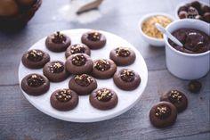 I Nutellotti sono dei biscotti morbidi e gustosi a base di Nutella e granella, ideali da gustare a merenda con un buon tea caldo o per la colazione.