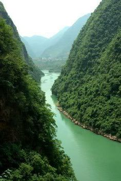 The famous Yangtze river in China is the third longest river in the world.。长江