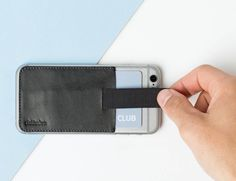 Featuring stunning leather, the Wally Junior has a pull-tab to give you easy access to each card.