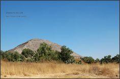 """杀人祭天的太阳金字塔 墨西哥古文明特奥蒂瓦坎  终于走近太阳金字塔了。一片荒凉的感觉。太阳金字塔(西班牙语:Pirámide delSol),是墨西哥特奥蒂瓦坎(Teotihuacán)遗迹中最大的建筑,也是中美洲最大的建筑之一。它位于""""亡者之路""""中段的东侧,与月亮金字塔(西班牙语:Pirámidede la Luna)遥遥相望,也是特奥蒂瓦坎遗迹核心巨大复合体的一部份。。。"""