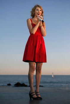 Taylor Swift, la chica que triunfó llevando un solo vestido. En rojo, por encima de la rodilla y con escote corazón: Taylor sabe potencia su aire Lolita.